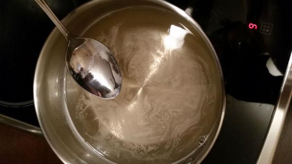 Приготовление сахарного сиропа для ликера из лаймов.