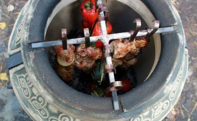Процесс приготовления пищи в разогретом тандыре...